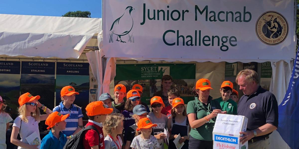 grupp barn framför Junior Macnab Challenge-tältet