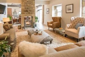 interior de la casa con estufa de leña y cómodos asientos