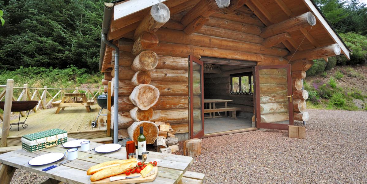 cabane de pêche de style cabane en rondins avec pique-nique à l'extérieur sur table