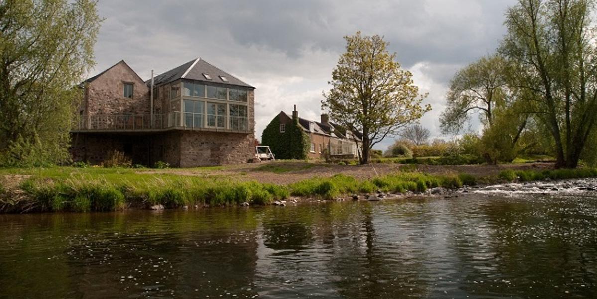 Moulin converti au bord de la rivière