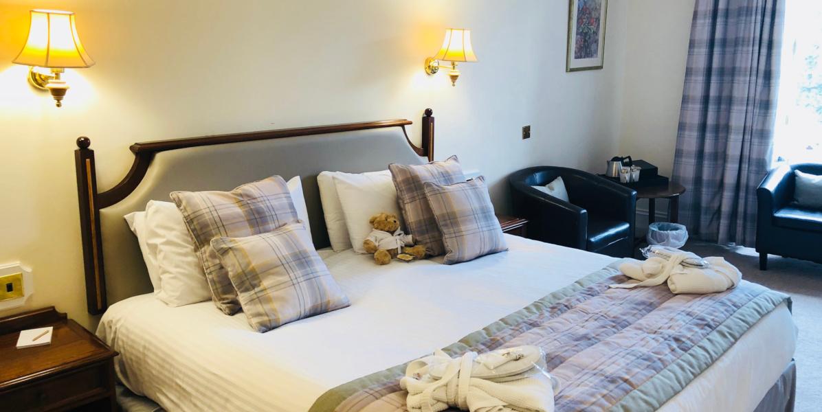 Hotelzimmer mit Kingsize-Bett und Tartan-Ausstattung