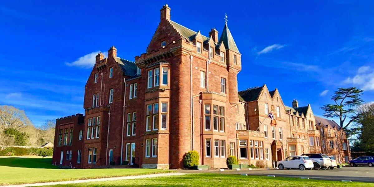 Dryburgh Abbey Hotel Red Sandstomne Hotel gegen blauen Himmel