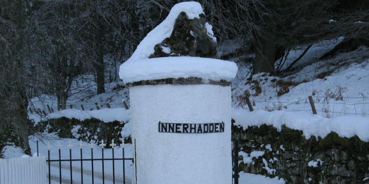 Innerhadden_estate_Gate_post_in_snow