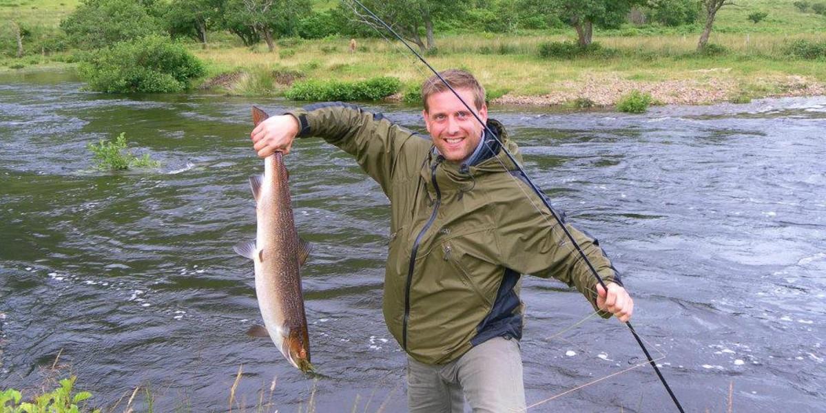fiskare som landar lax på skotsk höglandsflod