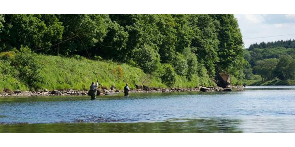 2 Männer beim Lachsfischen River Tay Scotland