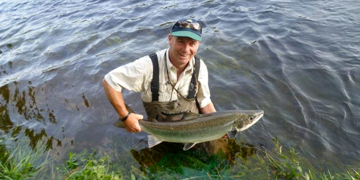 Mann in Wathosen mit Lachs River Tay Scotland