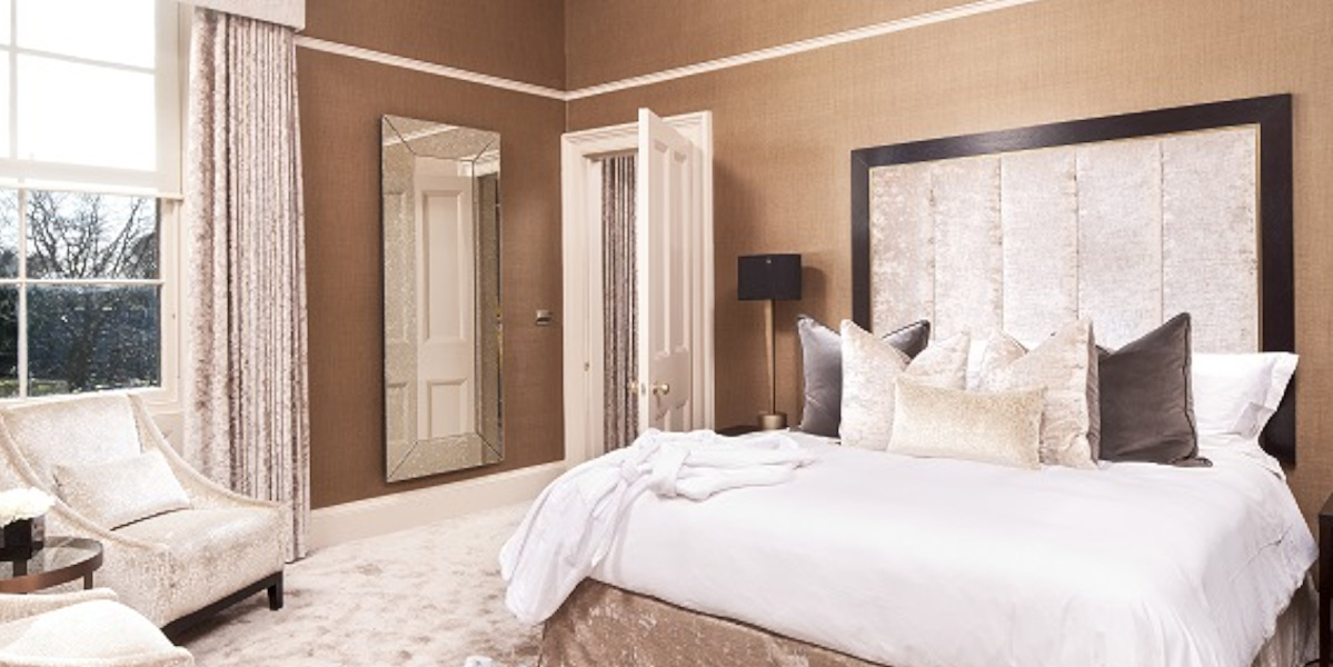chambre d'hôtel avec lit double beige