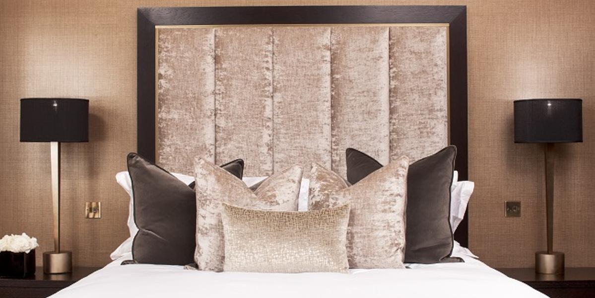 lit double avec coussins dodus beige et marron
