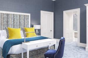 Habitación de hotel de lujo con cojines amarillos en la cama