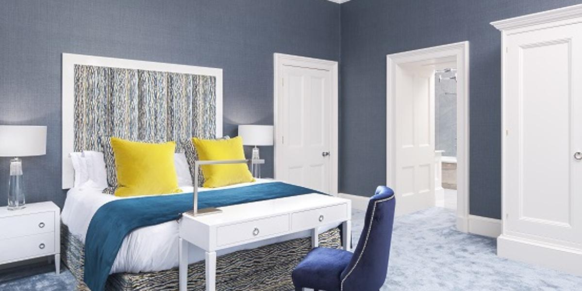 Chambre d'hôtel de luxe avec coussins jaunes sur le lit