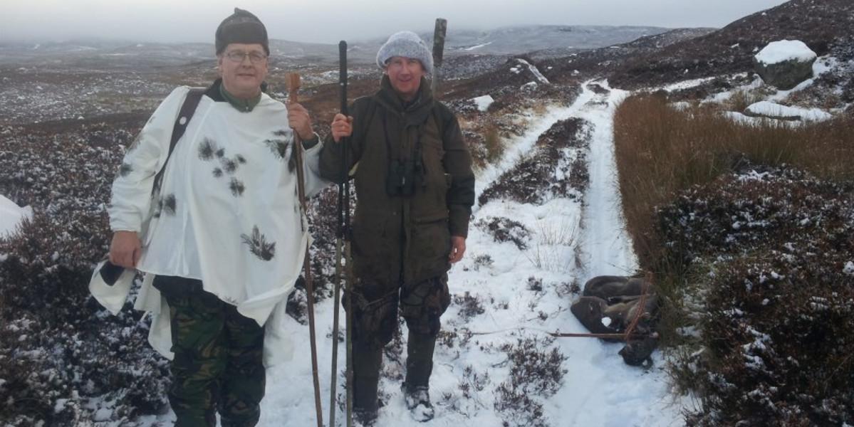 zwei Stalker auf verschneiter Bergstrecke hill
