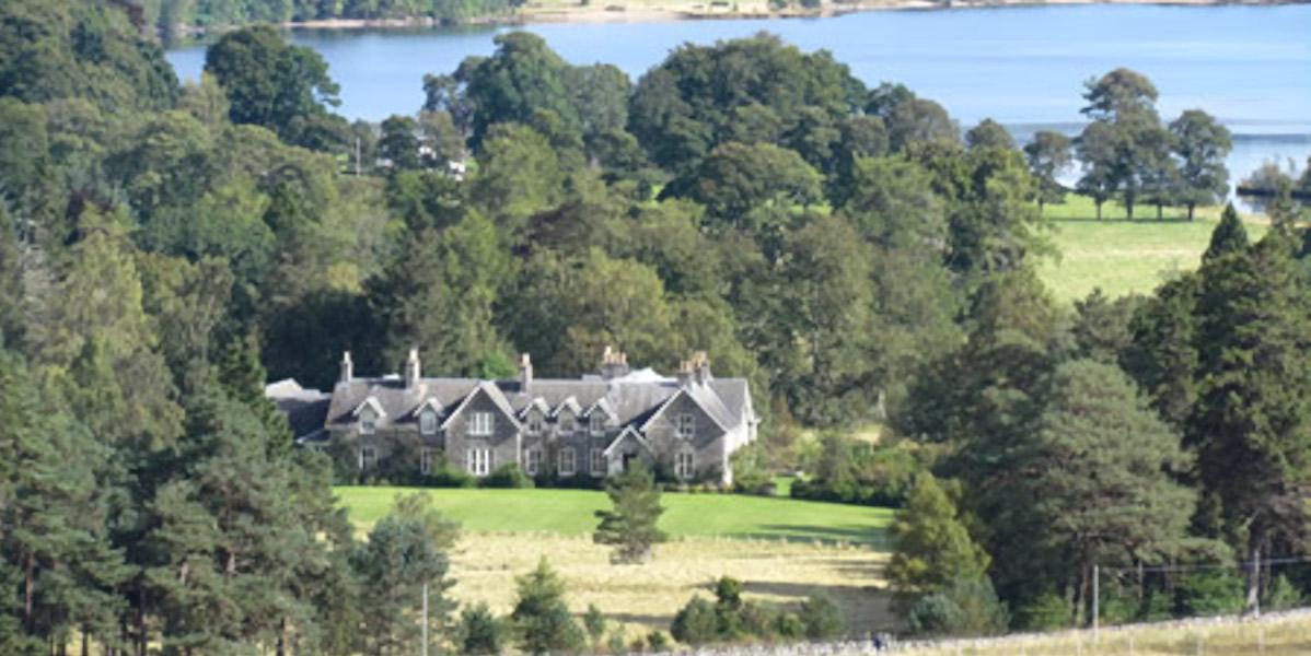 Scottish hunting lodge beside loch