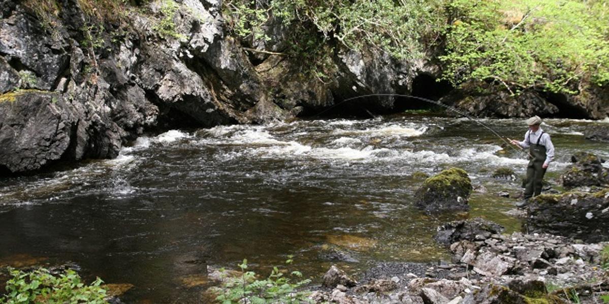 Angler Fliegenfischen Schottischer Hochlandfluss