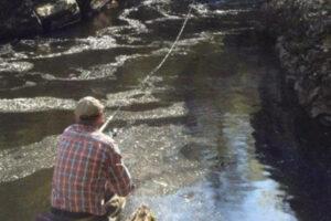 Pescador la pesca del salmón en el río Lyon, Escocia