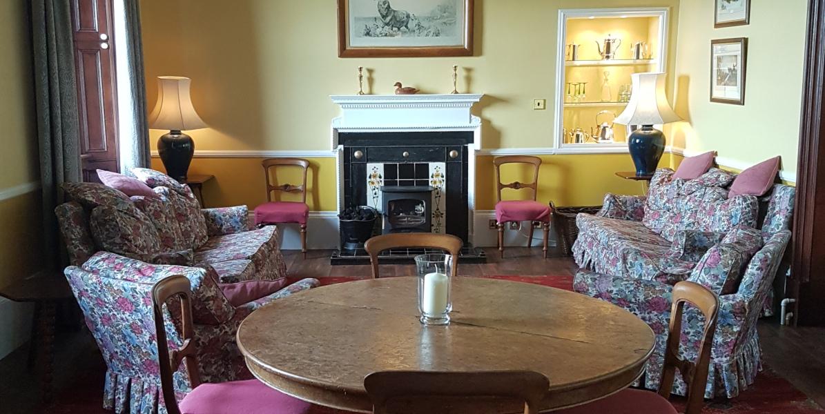 Esstisch und Lounge im Haus