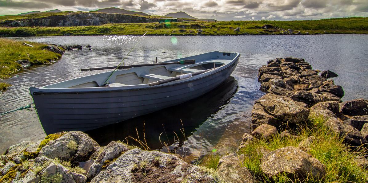 Forellenfischerboot vor Anker in loch