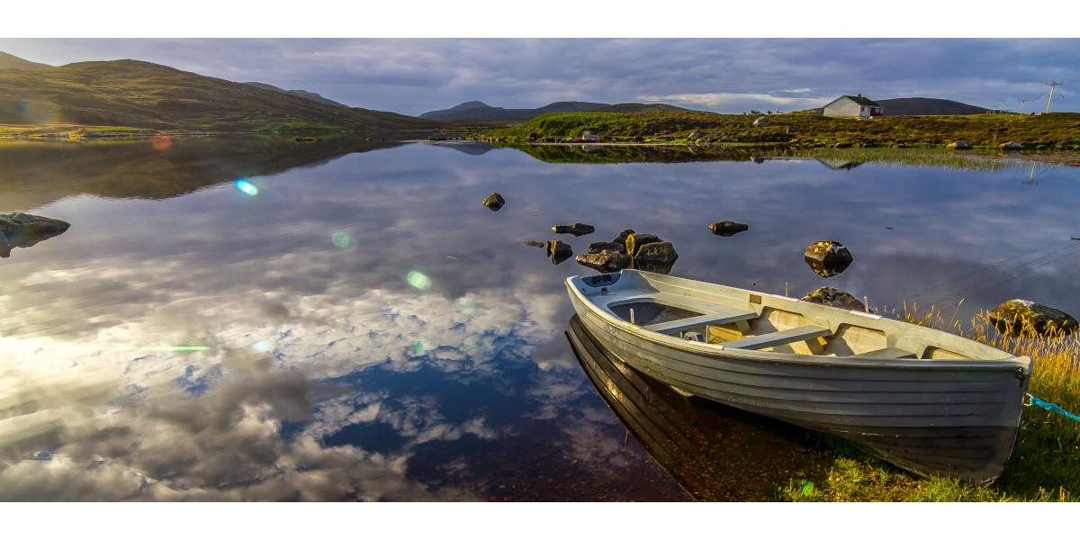 Forellenfischerboot im Loch vertäut