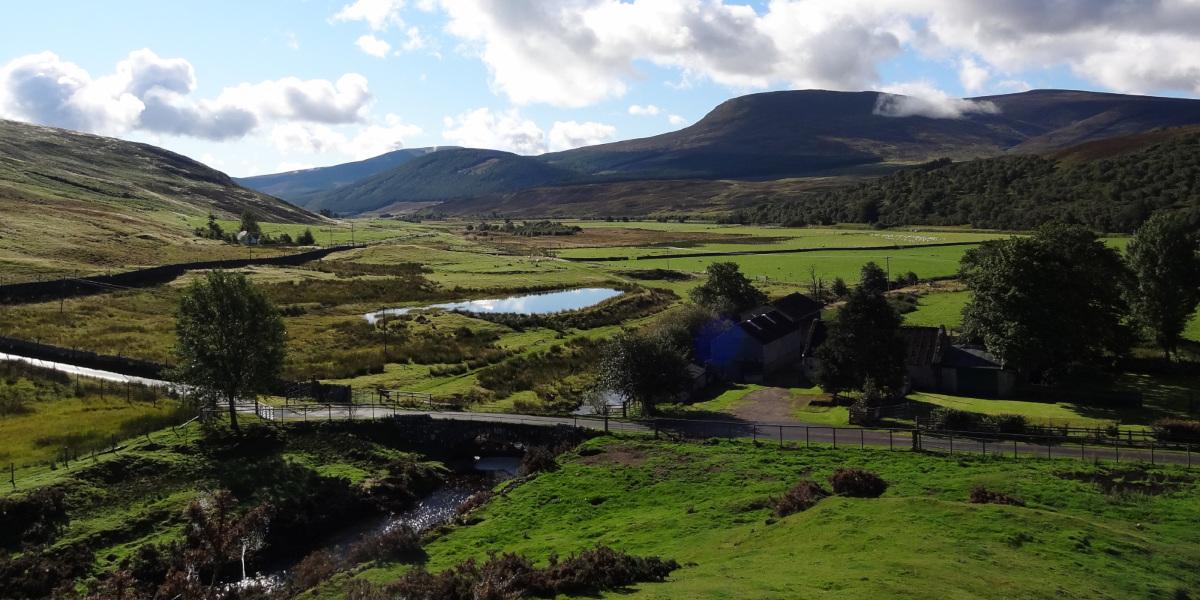 Schottisches Glen mit Brücke über Burn