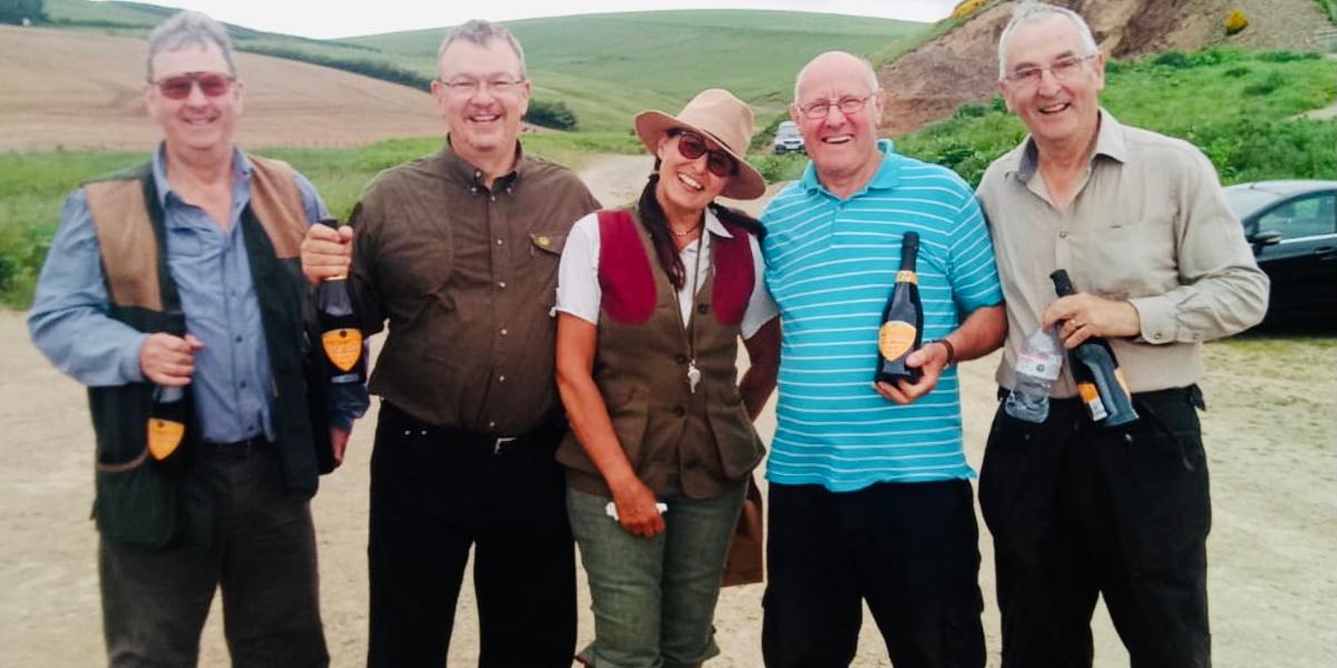 grupo de personas con botellas de champagne
