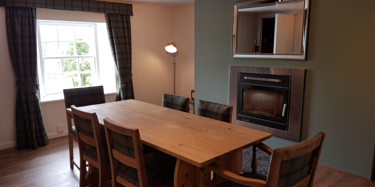 cottage dining room with table and chairs