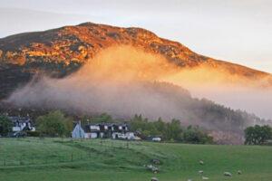Cottage scozzesi adagiati su una collina illuminata dal sole