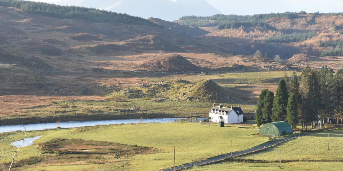 maison blanche dans un vaste paysage