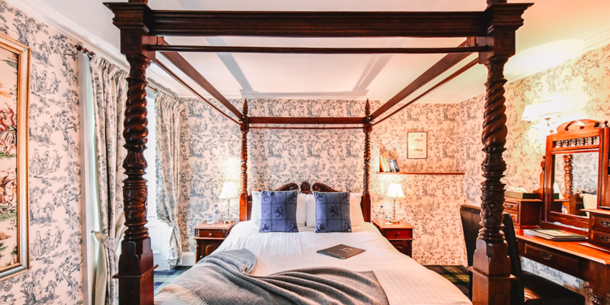 four poster bed in hotel room