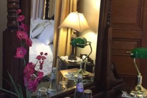 dormitorio del hotel reflejado en la luz de la mesilla de noche mirrorm
