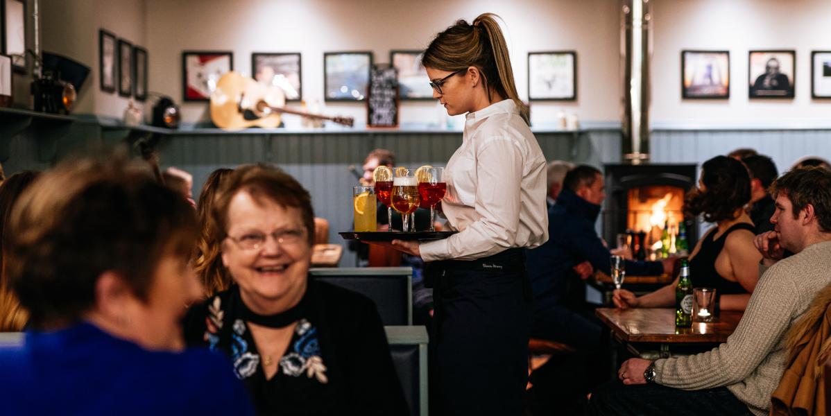 barman secouant un shaker