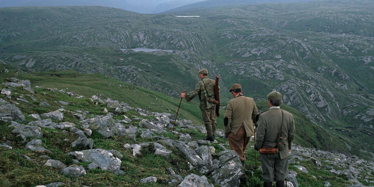 Trois harceleurs de cerfs sur une colline écossaise