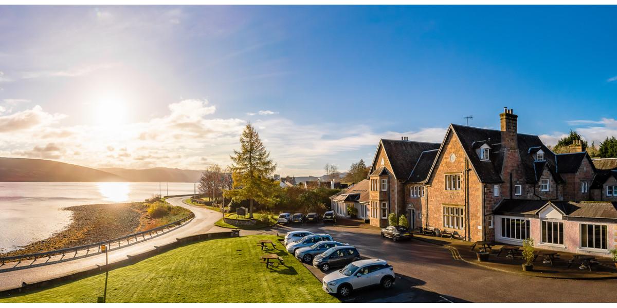 Außenansicht des schottischen Landhaushotels am Lochside