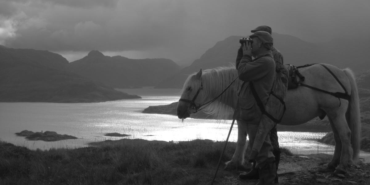 Stalker écossais et gardien de poney sur colline b;ack et blanc