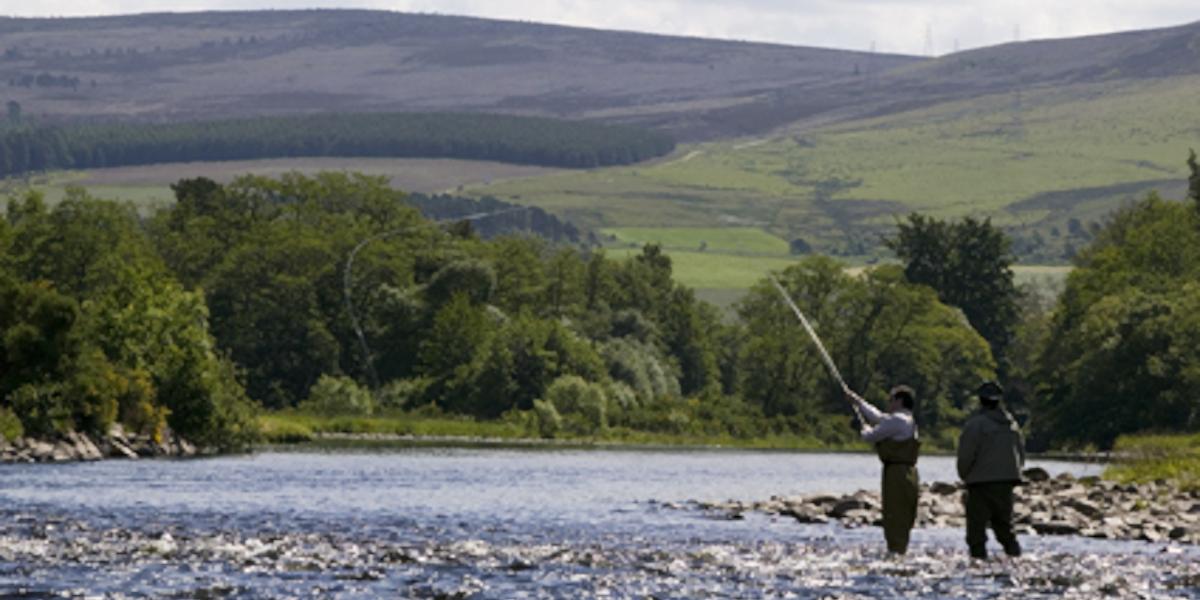 pêcheur à la ligne et ghillie pêche à la mouche pour le saumon