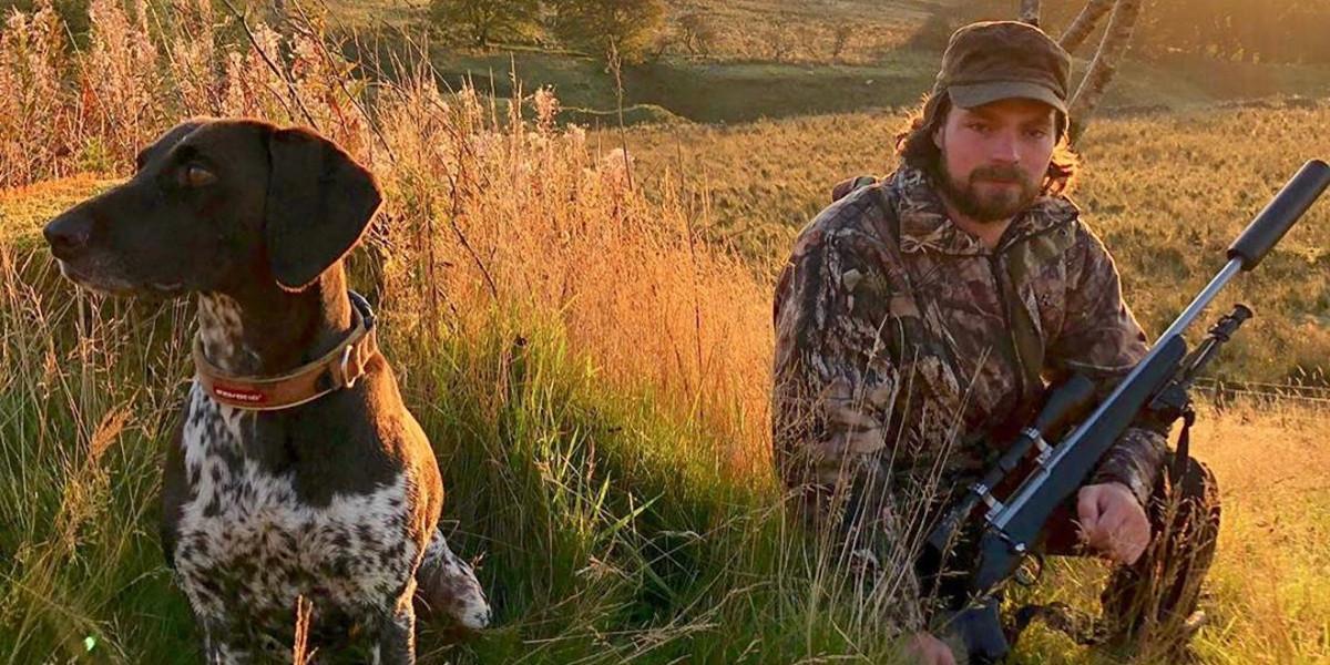 harceleur avec fusil et chien