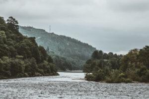 Fiume Tay Dunkeld che guarda a Newtyle Hill