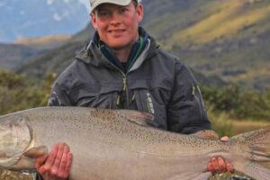 Pescatore con salmone grande