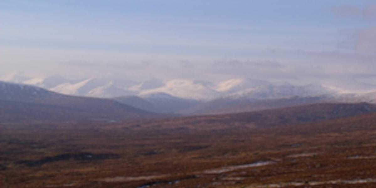 Scène écossaise des hautes terres avec des montagnes enneigées