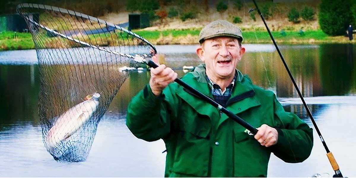Mann mit Fisch im Netz