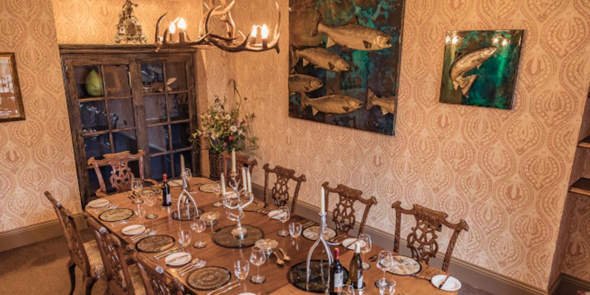 Juego de mesa de comedor para cenar con ilustraciones de salmón en la pared