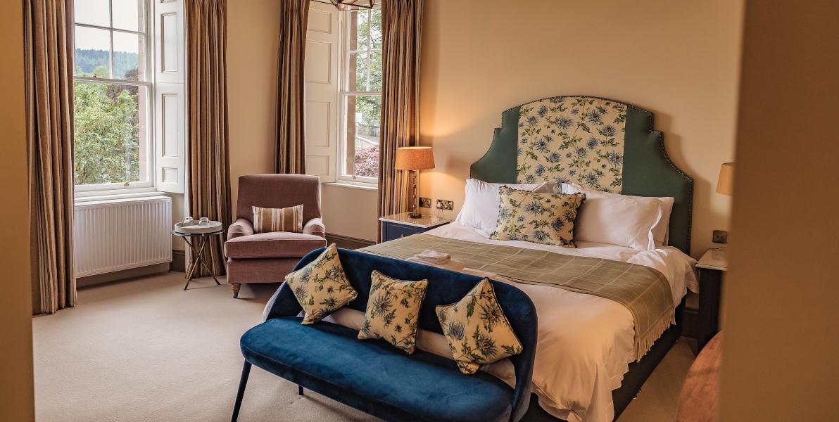 habitación con cama doble y ventanas de doble aspecto
