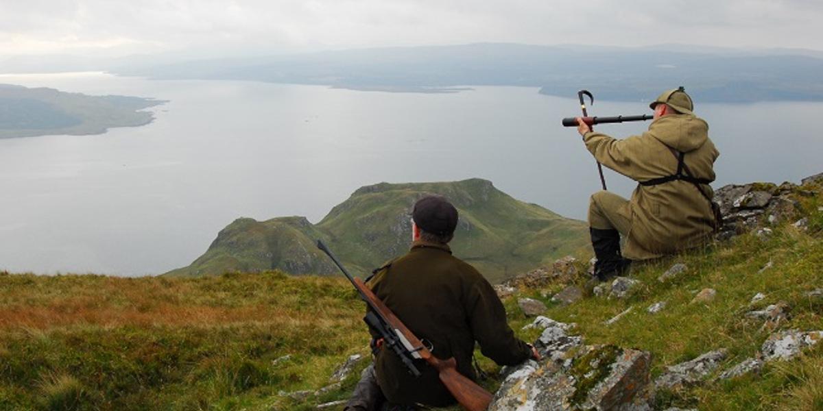 Stalker mit Fernrohr und Jäger mit Gewehr