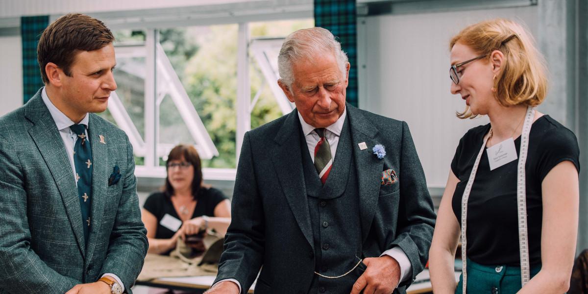 Le prince Charles s'adressant à l'homme et à la femme en boutique