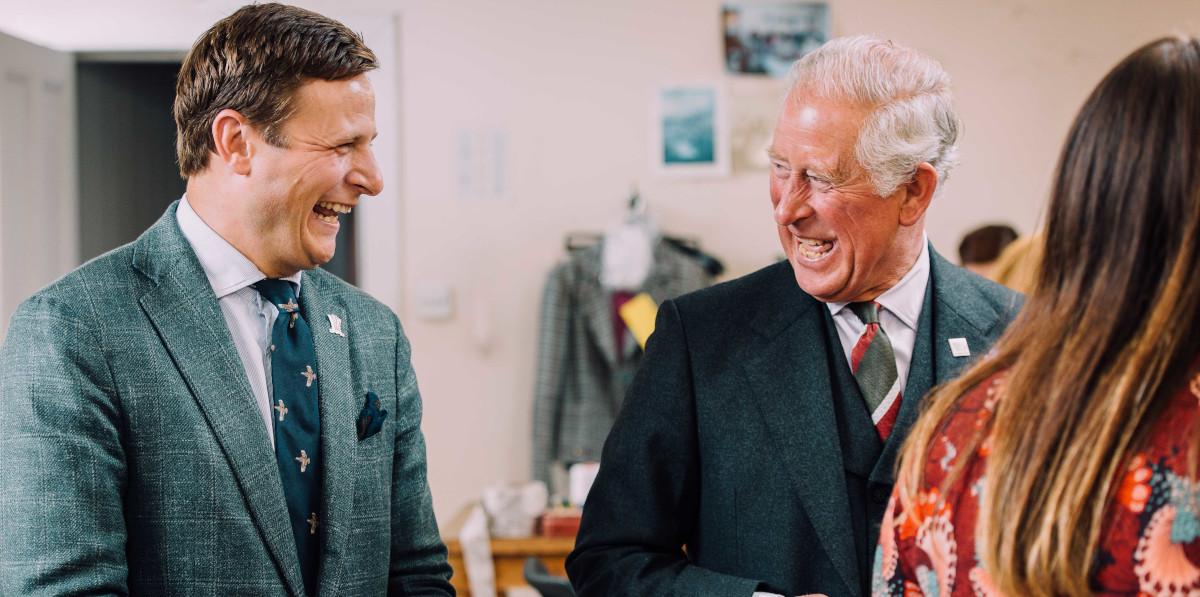 Le prince Charles riant avec l'homme en boutique