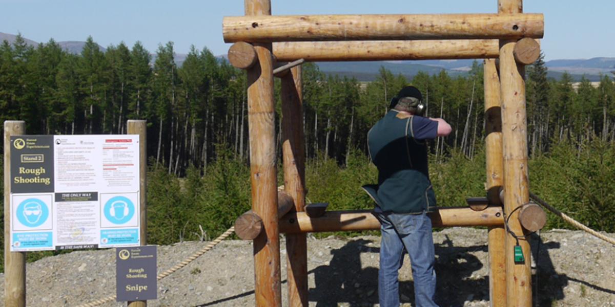 soporte de tiro de arcilla con tirador de escopeta