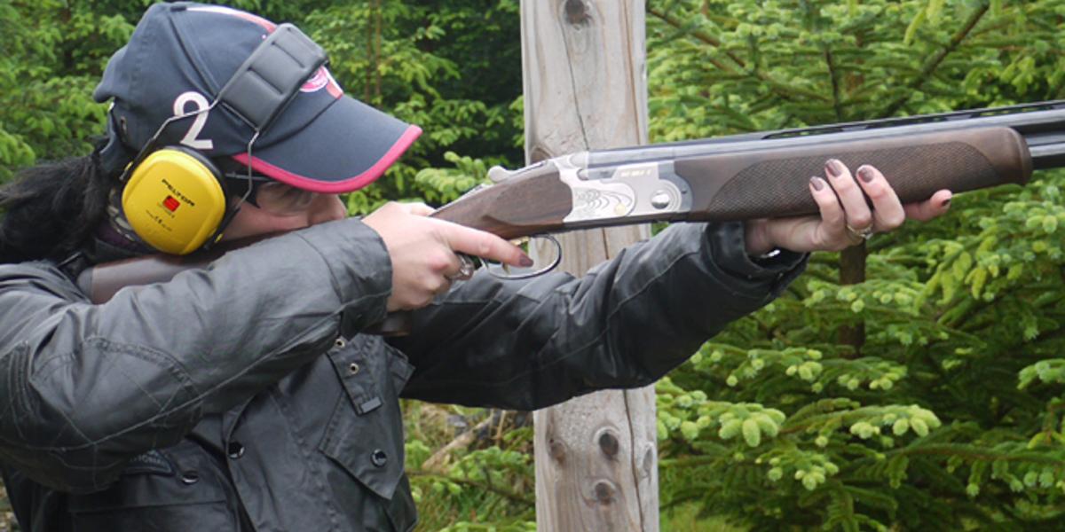 tirador de pidgeon de arcilla con gorra
