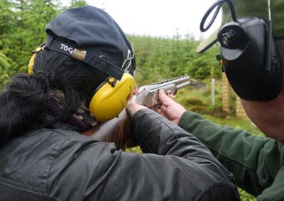 Tontaubenschütze mit Mütze und gelben Ohrverteidigern, die Anweisungen erhalten
