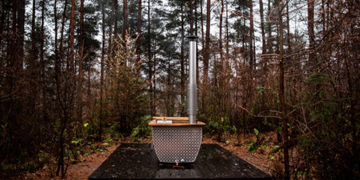 Tina caliente de leña en un bosque