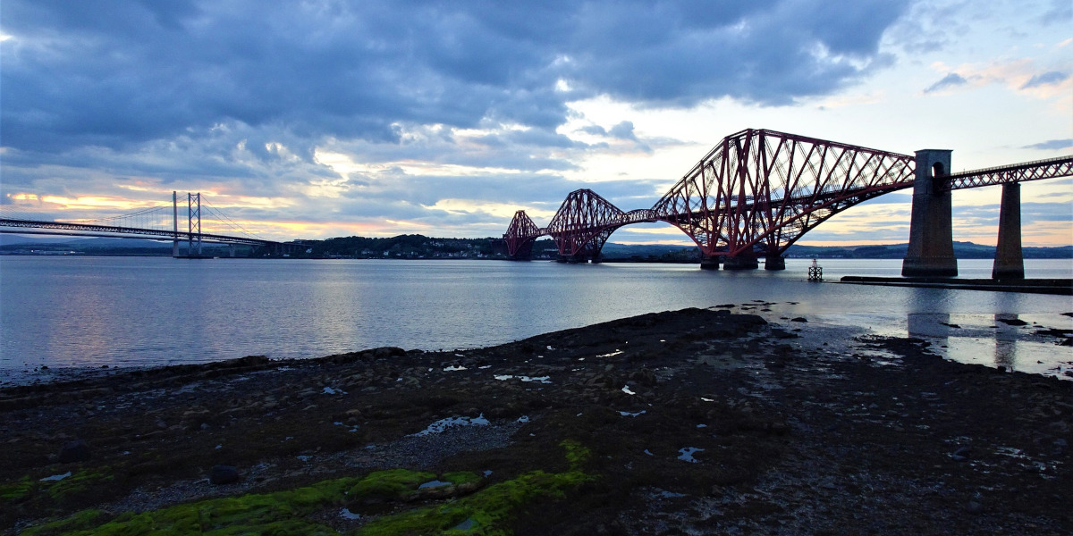 Puentes de ferrocarril y carretera Firth of Forth Escocia