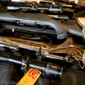 urval av gevär med omfattningar som ligger på bänken