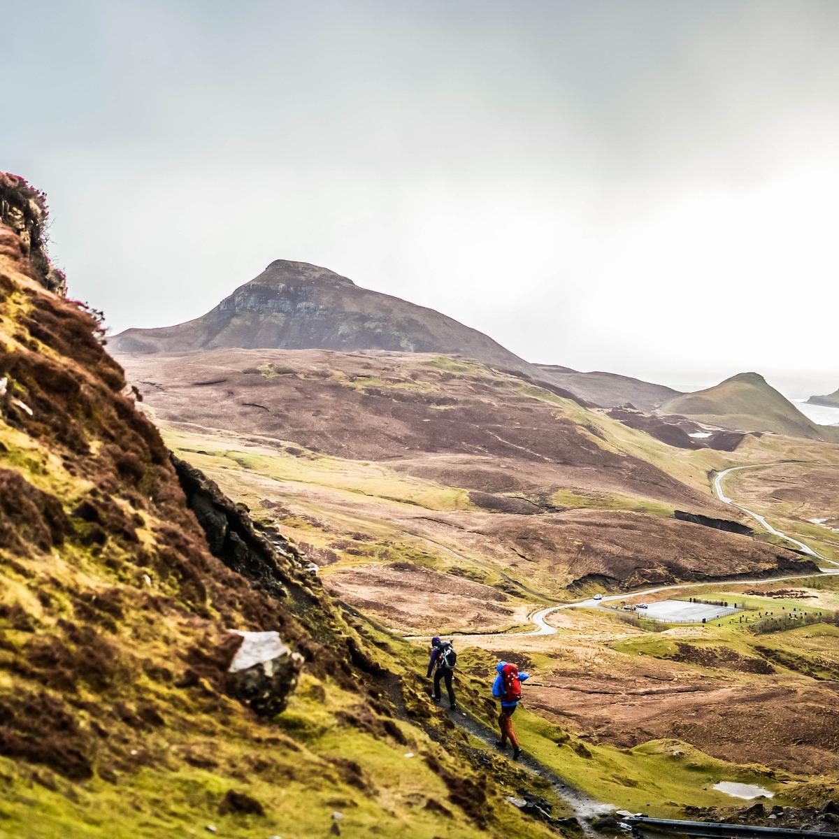 Vandrare på skotsk bracken täckt sluttning